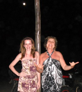 Carina e Glacy no bar da praia apreciando a lua