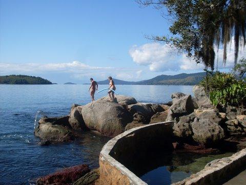 Caminhando nas pedras para entrar no mar