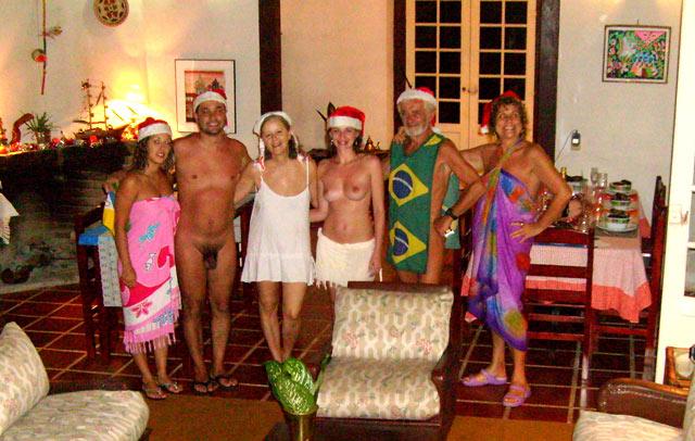 Grupo de amigos reunidos na noite de Natal