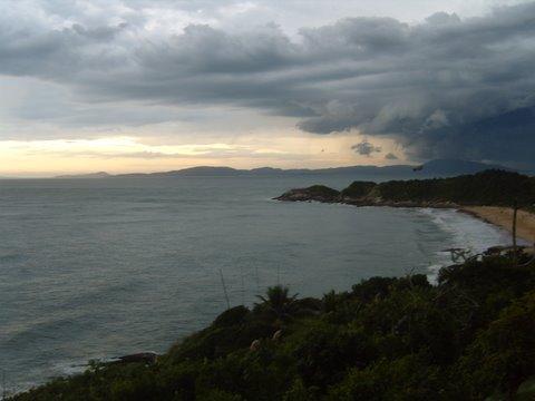 Nuvens carregadas de chuva na praia