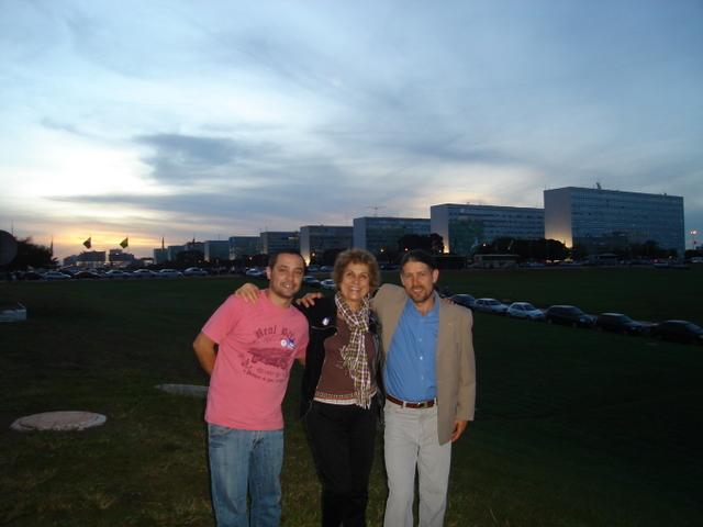 Eu, Marcelo e Etacir na capital do país.