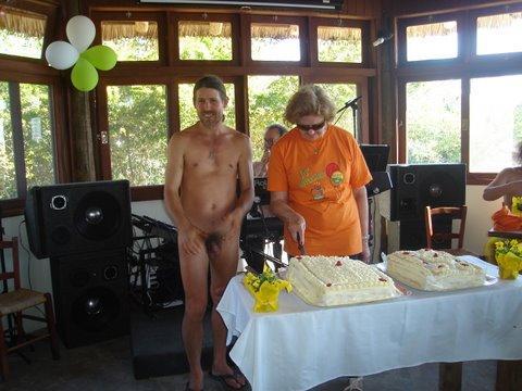Etacir e Liselote na hora de cortar o bolo