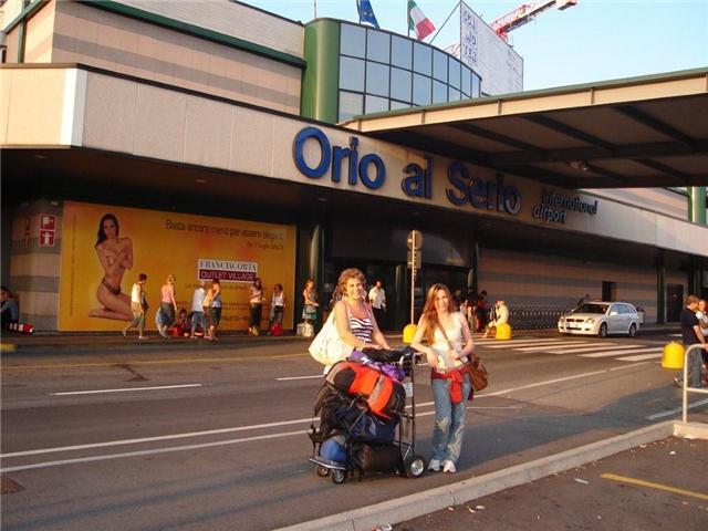 Eu e Carina na saida do aeroporto em Londres