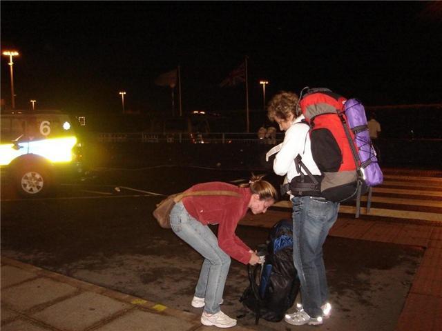 Colocando as mochilas para seguir para o metrô