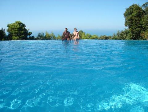 Carina e Marcelo na piscina