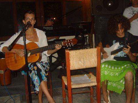 Mãe e filho dando um show