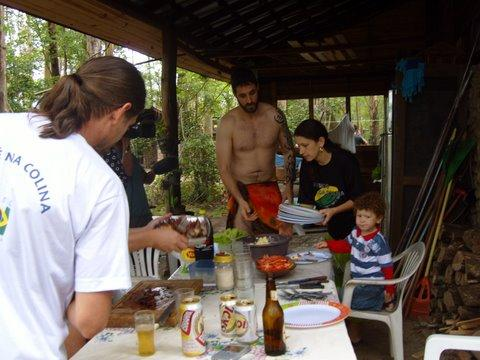 Na hora do almoço Rafinha ajudando servir a mesa