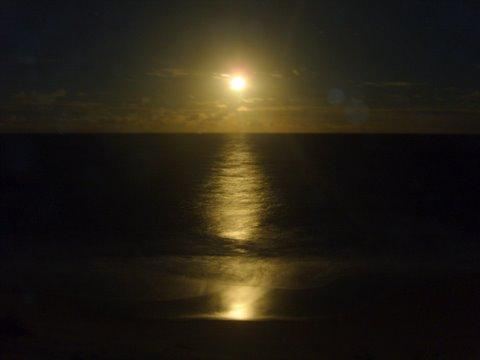 A lua cheia nascendo na praia Tabatinga/Conde/Paraíba