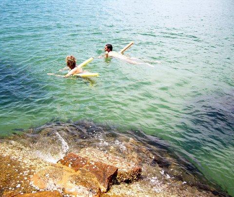Nadando lado a lado no mar aberto