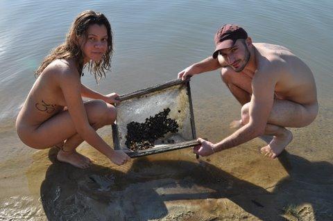 Peneirando conchinhas no lago