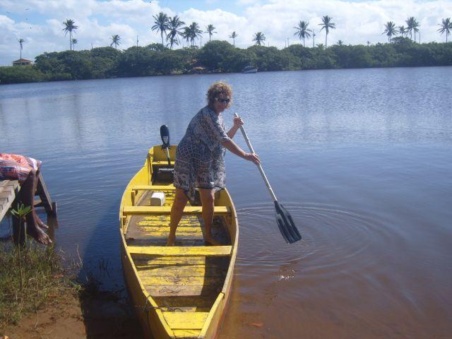 Fazendo a travessia de barco até a praia