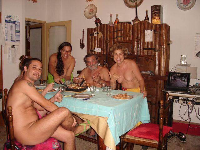 Servindo o jantar em sua casa na Itália