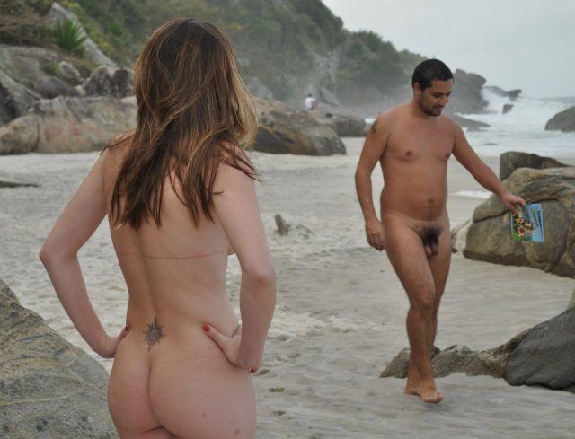 Praia vazia mas maré estava cheia