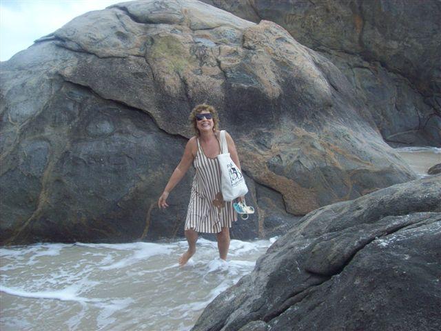 caminhando entre as pedras e a maré alta