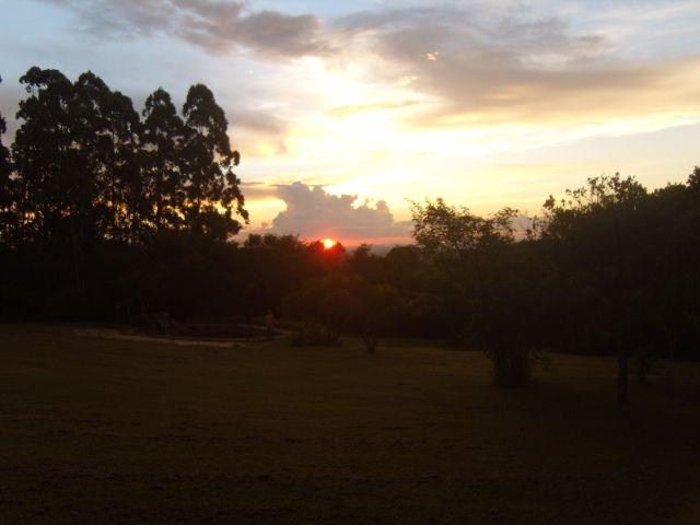 O céu colorido de vermelho no por do sol da Colina