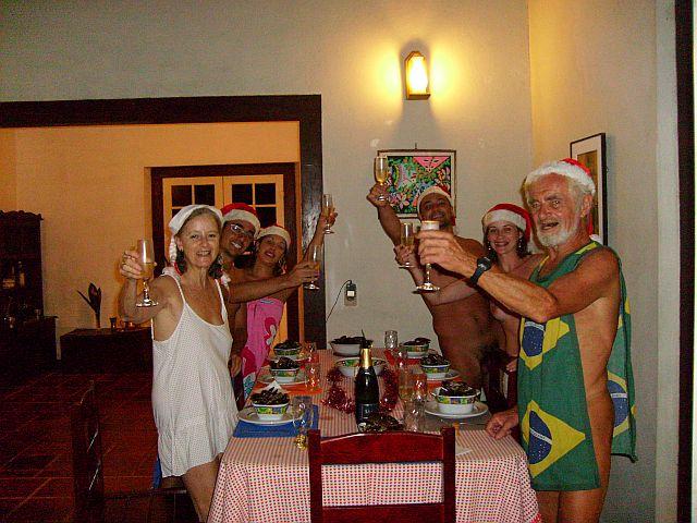 Os anfitriões Francis e Teresa levantando a taça para o brinde
