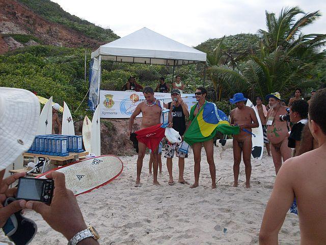 A festa dos competidores enrolado na bandeira do Brasil