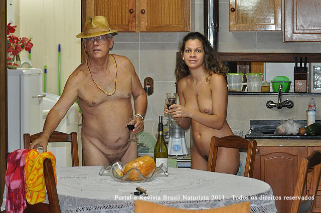 Ele parceiro servindo vinho