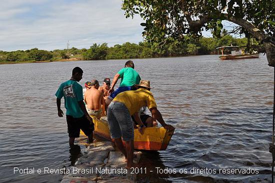 Os barqueiros fazendo o transporte para o outro lado da margem