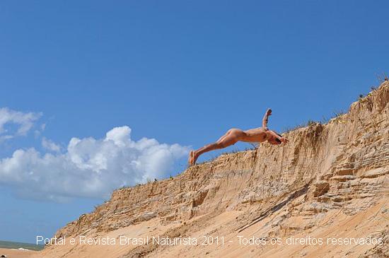 O salto mortal para fiacr de pé nas dunas da praia de Barra Seca/ES