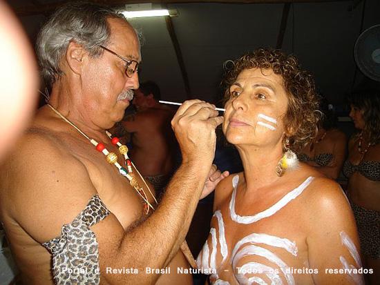 Fazendo a pintura no corpo