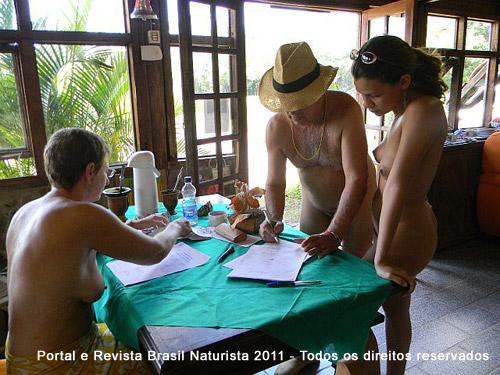 O colinense João Olavo assinando a lista para votar