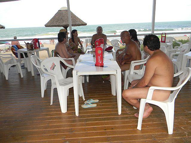 Nada como bom papo, água de coco, cerveja, chimarrão e praia para espantar o calor