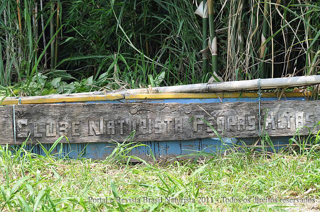 O velho barco aposentado ostenta a placa do clube