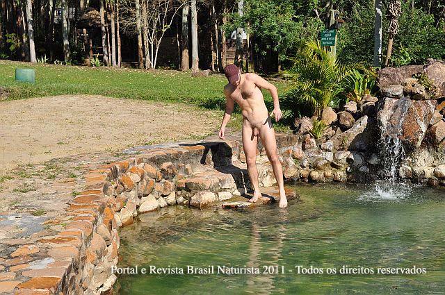 tomando banho na piscina de pedra