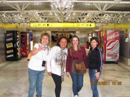 O grupo chegando aeroporto de Lisboa escala para Milão