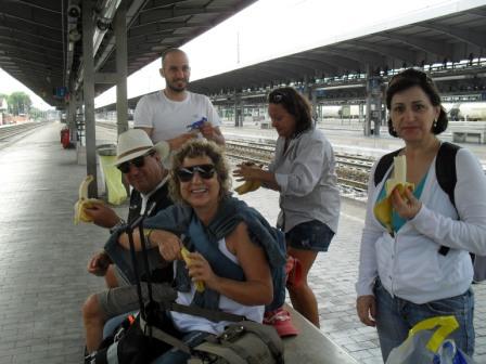 Na estação do trem em Bologna fazendo um lanche