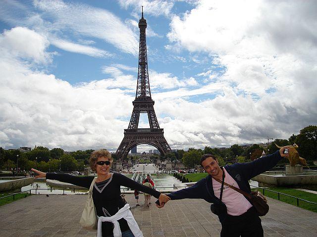 Eu e Marcelo querendo voar ao redor da Torre Eifell em Paris