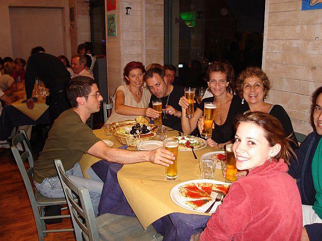 Não se vai a Itália sem comer pizza na cia. luxuosa dos amigos