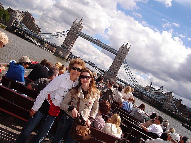 Eu e Carina navegando nas águas do rio Tamisa em Londres