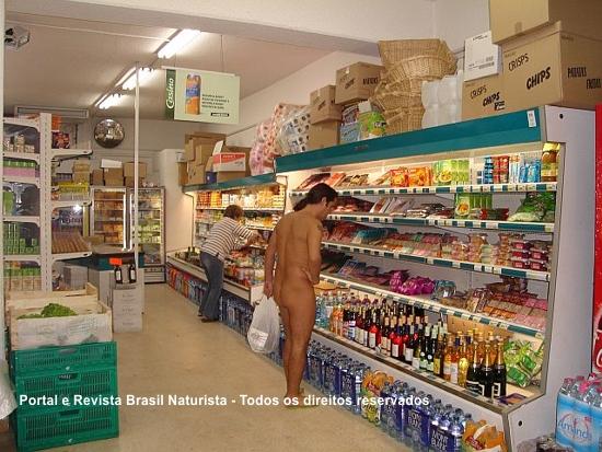 Fazendo as compras nu no mercado em Cap d'Agde/França