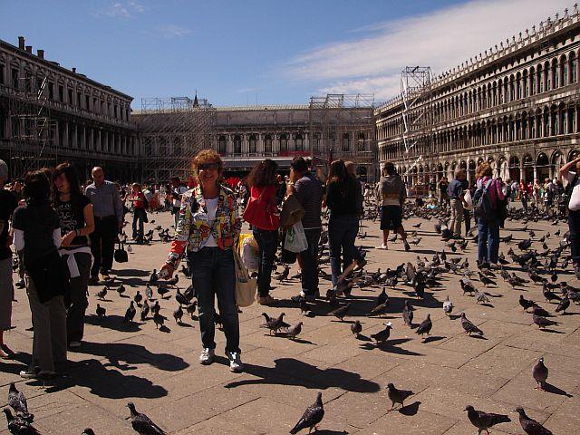Em Veneza alimentando os pombos na praça São Marcos