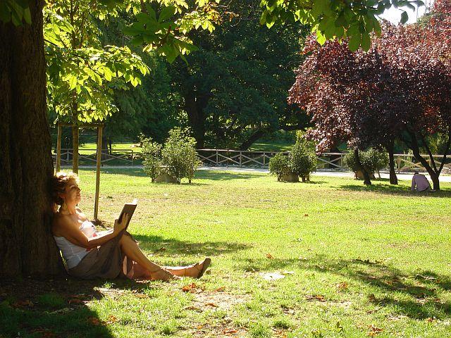 O parque em Milão foi o melhor local que achei para ler