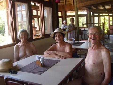 Ao lado da mulher e de sua irmã no restaurante da Colina do Sol