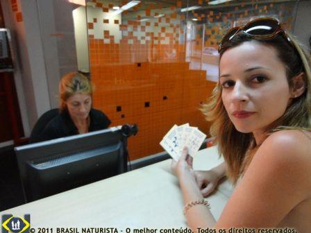 Mostrando os passaportes naturistas na entrada da piscina em Barcelona/Espanha