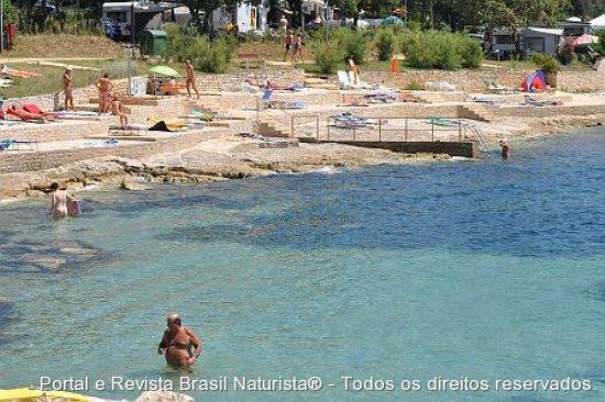 "Os naturistas ""laguarteando"" nas pedras da praia"