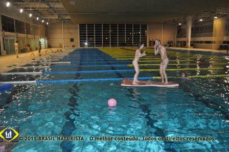 Os irmãos Carina e Diogo, na disputa ela o derrubou na piscina em Barcelona/Espanha