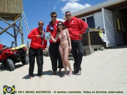 Entregando a revista BN aos salva vidas na praia do Euronat/França