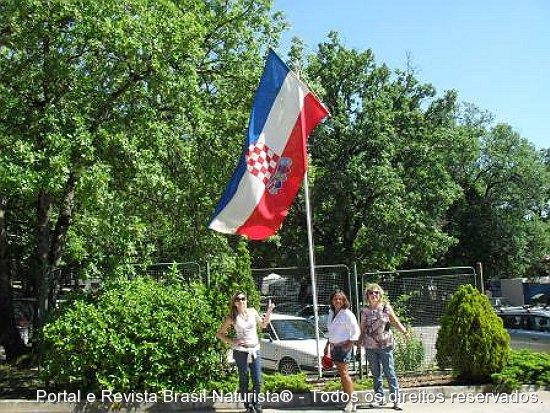 Na frente do Solaris com a bandeira Croata tremulando