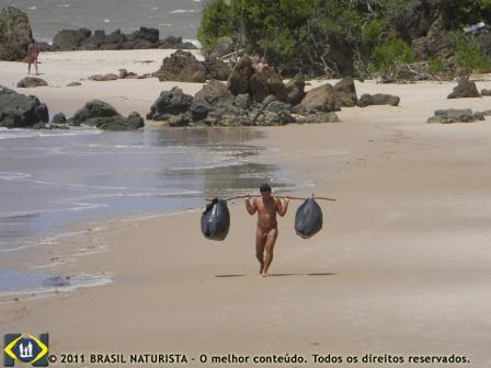 O alterofilista da limpeza na praia de Tambaba/PB