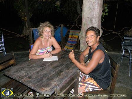 Entrevistadora e entrevistado para contar como tudo começou no surf