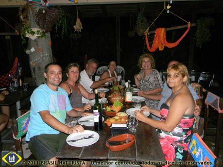 Uma galera na mesa junto com o Bilú dono do restaurante para o jantar