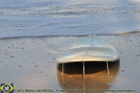 Na areia somente a prancha