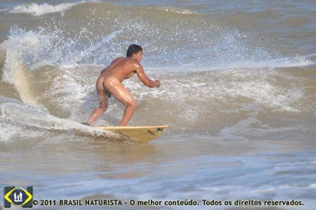 O surfista desafiando a onda