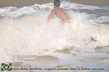 Momento em que o surfista mergulha na onda
