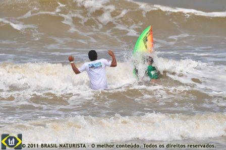 O pai zeloso ajudando o filho a furar a onda no Open Surf/Tambaba/PB